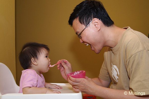 blog-2010-hannah-OLYP0512-daddy-feeding-flickr
