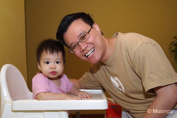 blog-2010-hannah-OLYP0513-daddy-feeding-flickr
