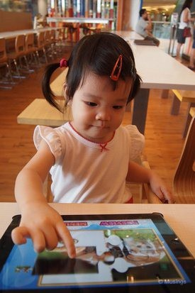 blog-2011-sentosa-OLYP1307-soup-spoon-iPad-time