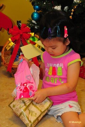 blog-2011-hannah-DSC_6669-christmas-morning-presents-opening