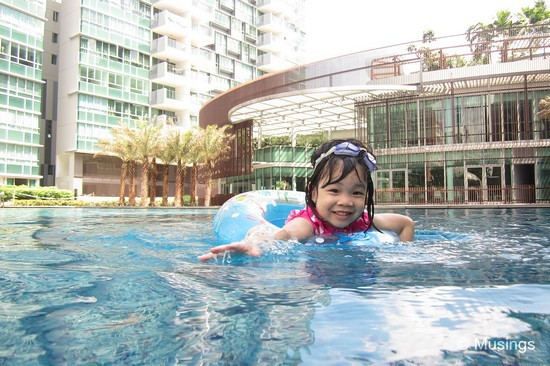 We haven't bought Hannah a lot to swim in the new main pool @ Minton, given that our weekends have been quite packed with activities. She's been taking swimming lessons too at school, so is more comfortable now in the water.