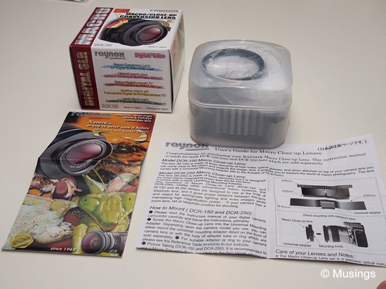 Box contents I: a plastic carry case, a brochure of Raynox products, and an instruction leaflet.