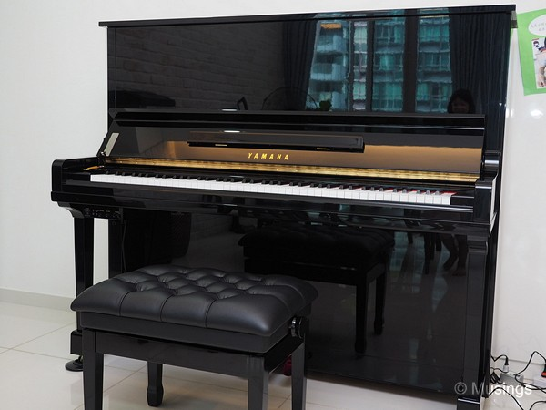 Seriously buffed and polished ebony exterior of the Yamaha U30BL.